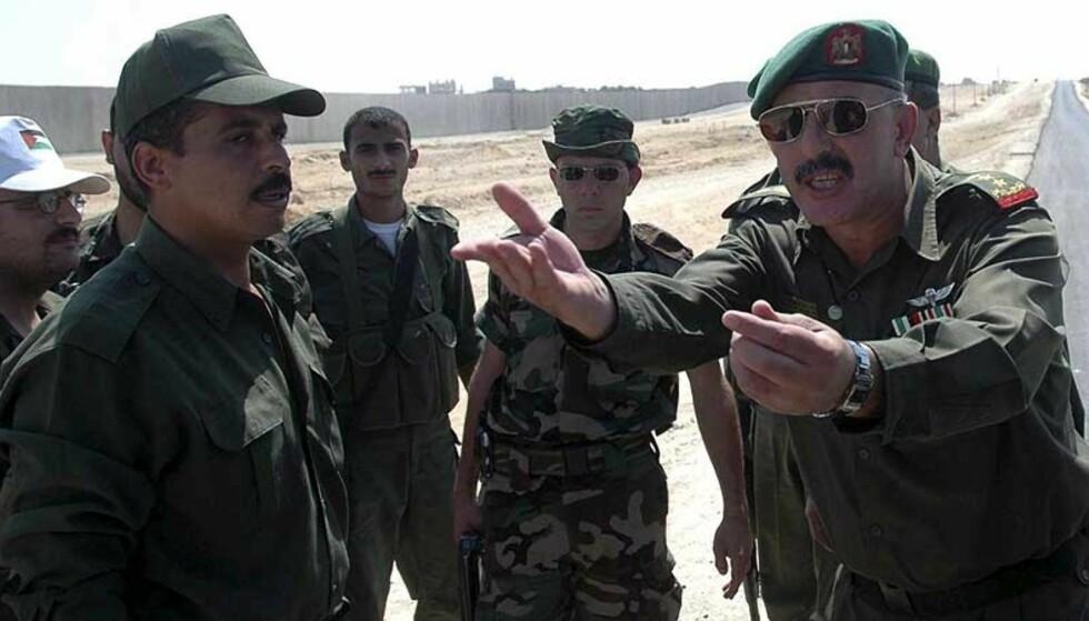 Arrestert: Sjefen for den nasjonale sikkerhetsstyrken, Jamal Kayed (t.h) er blant Fatah-medlemmene Hamas hevder å ha arrestert. Arkivfoto: EPA/Adam Pletts/SCANPIX