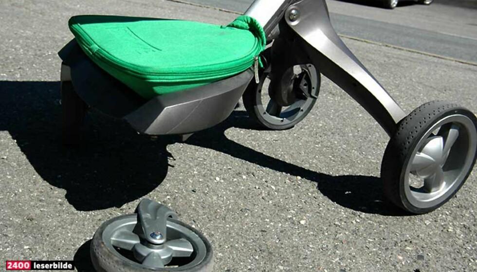 HJULET PÅ BENTES VOGN FALT AV: Hjulet på den prisbelønte barnevognen Stokke Xplory falt av etter kun fem måneders bruk, heldigvis ble ikke lille Adele skadd. Stokke oppfordrer mer enn 27 000 barnevogneiere om å bytte hjulene. Foto: Bente Lindahl.