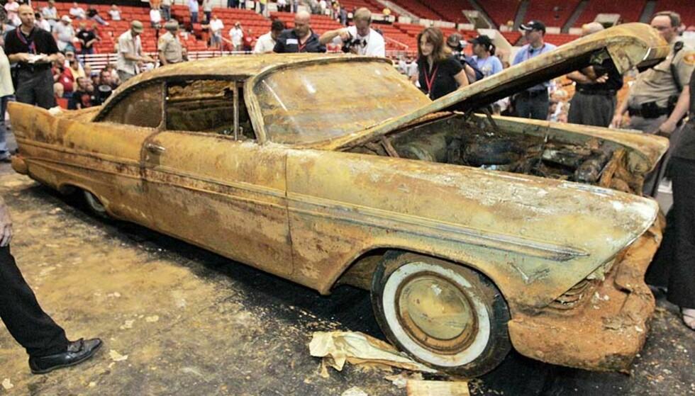 RUSTENT: Selv om bilen var støpt inn i betong som var sterkt nok til å beskytte den mot et atomangrep, klarte ikke betongen å hindre at vannet sivet inn og utløste rustangrep. Foto: SCANPIX
