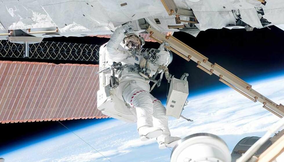 DEMONTERER SOLCELLEPANEL: Patrick Forrester arbeider med å demontere et av ISS\' solcellepaneler. Foto: NASA/EPA/SCANPIX