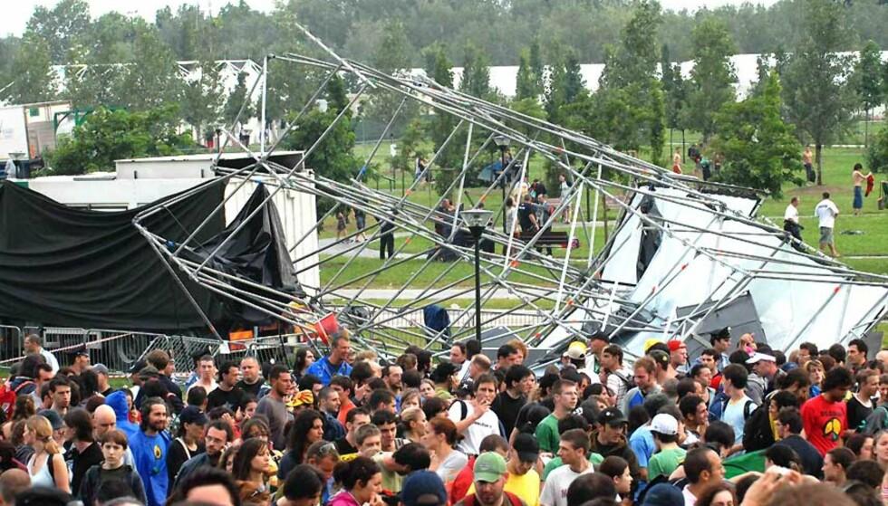 SKADD I HAGLEVÆR: Så mange som 25 skal ha bli skadd etter at et tårn falt sammen i et kraftig uvær i Venezia i går under Heineken Jammin4 Festival. Foto: M. Bertolin/EPA/SCANPIX.
