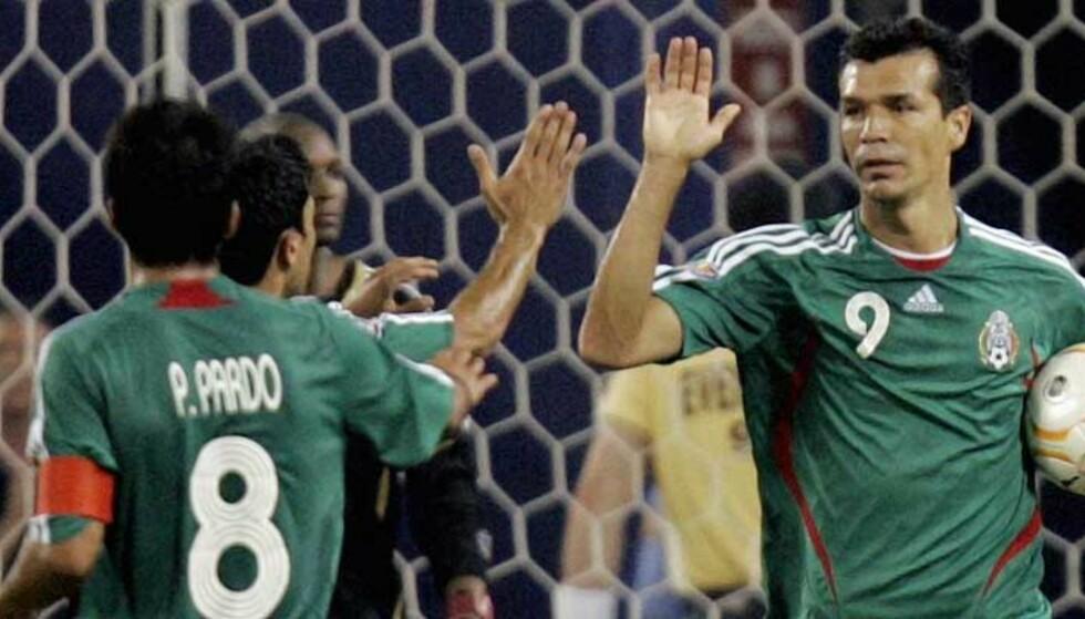 NIKKET TIL: Jared Borgetti headet Mexico til semifinale i Gold Cup. Foto: AP