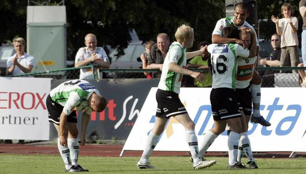 KAN BLI DEGRADERT: Hønefoss Fotballklubb kan bli degradert hvis ikke klubben oppgrader sine stadionfasiliteter. Her frra lykkeligere stunder fra fjorårets cup-oppgjør mot Vålerenga. Foto: Morten Holm/Scanpix