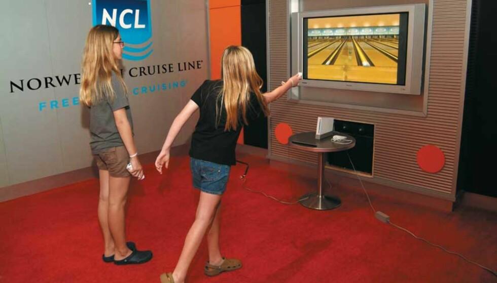 DØGNFLUE? Segas markeddsjef Scott Steinberg mener at Wii neppe vil være like populær om noen år som den er nå. Her kan du se passasjerer på det norske cruiseskipet «Norwegian Pearl» spille bowling i skipets Wii-rom. Foto: NINTENDO
