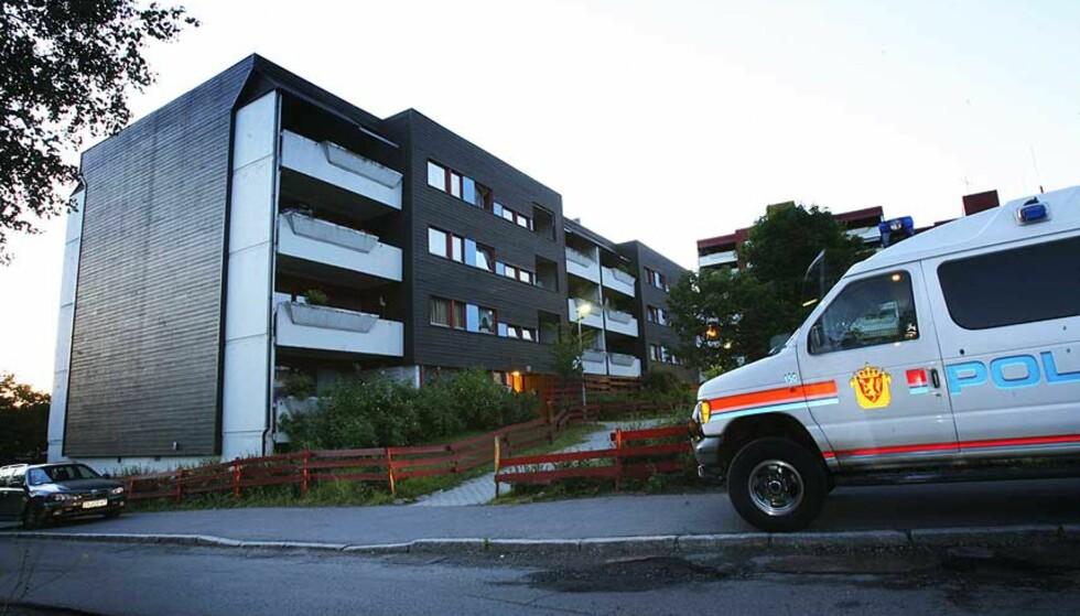 ÅSTEDET: I denne blokka på Granstangen i Oslo ble politifolkene møtt av den siktede 30-åringen, som frivillig lot seg pågripe. Inne i leiligheten fant de kona drept. Parets halvannet år gamle barn ble tatt hånd om av barnevernet. Foto: HÅKON MOSVOLD LARSEN/SCANPIX