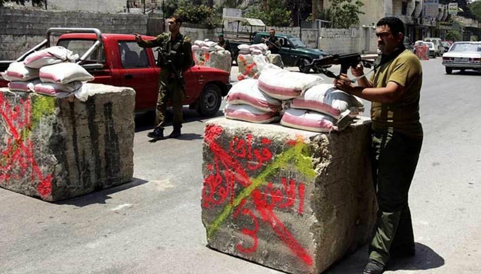 PÅ VAKT: Fatah-lojale sikkerhetsstyrker vokter et passeringspunkt i Nabulus på Vestbredden. Situasjonen er svært spent etter at Hamas kastet ut Fatah fra Gaza. Foto: JAAFAR ASHTIYEH/AFP/SCANPIX