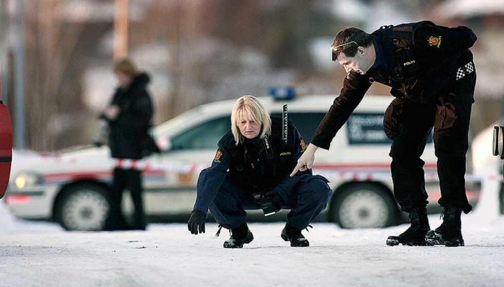 SIKRER BEVIS: Politiet sikret bevis fra åstedet der Jan Ivar Ringstad skjøt og drepte Lennart Faugli med 14 skudd da han ble fraktet ut av tingretten i Mysen 21. mars i fjor. Foto: Henning Lillegård