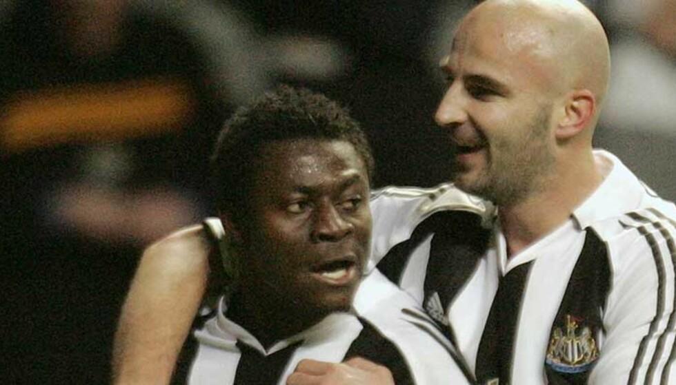 BLE LIVREDD: Obafemi Martins, her omfavnet av Antoine Sibierski, mener han kunne vært en død mann nå. Foto: AP