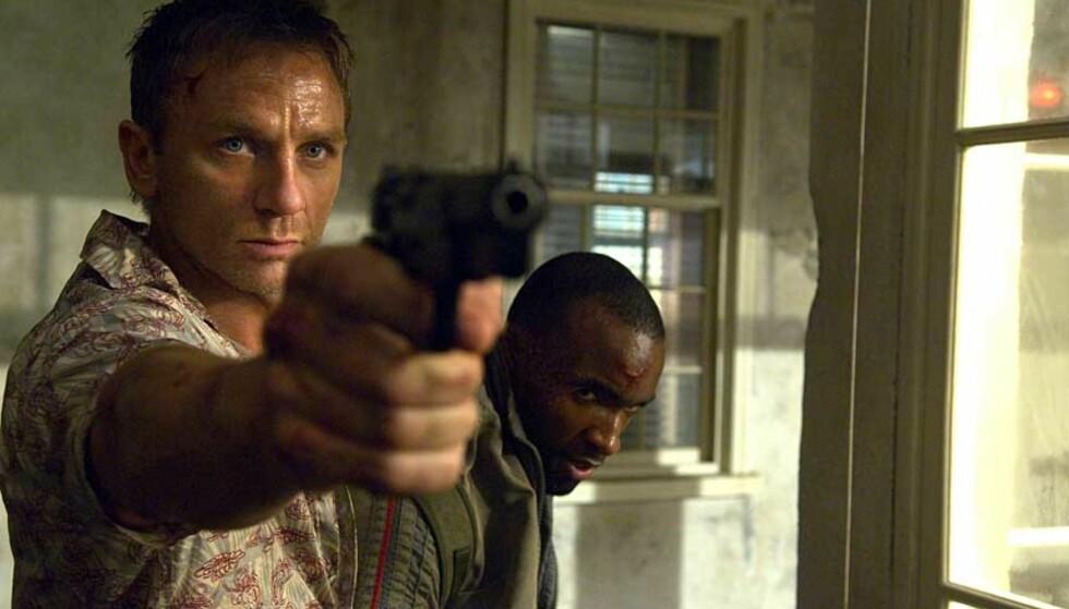 GJENTAR BOND-ROLLEN: Daniel Craig ble godt mottatt som ny James Bond i fjorårets suksess «Casino Royale». Foto: FILMWEB