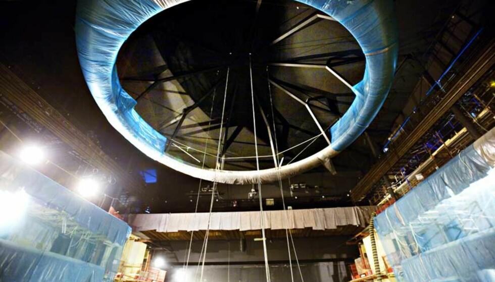 INNSPURT:  Arbeidet med den nye lysekronen til operaen  nærmer seg slutten. Kronen på 8,5 tonn skal kunne heises opp og ned. Foto: JØRN H. MOEN