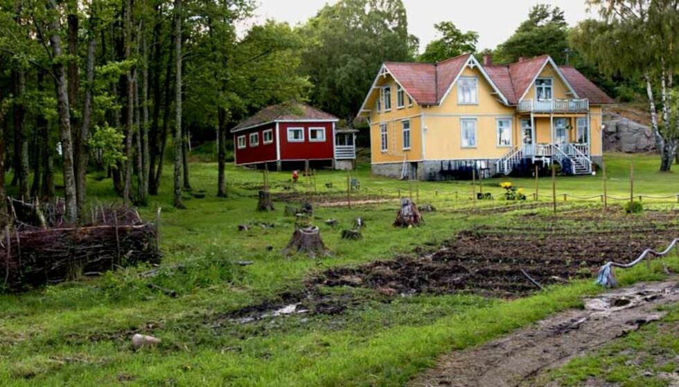 SOSIAL TRENING:  Det var på denne gården den 29 år gamle svenske ble alvorlig skadd av en pil - skutt med bue av en 54 år gammel ungdomsleder. Foto: Trond Thorvaldsen, Fredriksstad Blad.