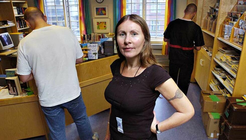 FENGSLENDE BØKER: Bibliotekar Hilde Einan i Oslo Kretsfengsel sørger for at de innsatte har orden i  boktilbudet. - Gode nyheter, sa hun da det i fjor ble klart at boktilbudet styrkes. Foto: TRULS BREKKE
