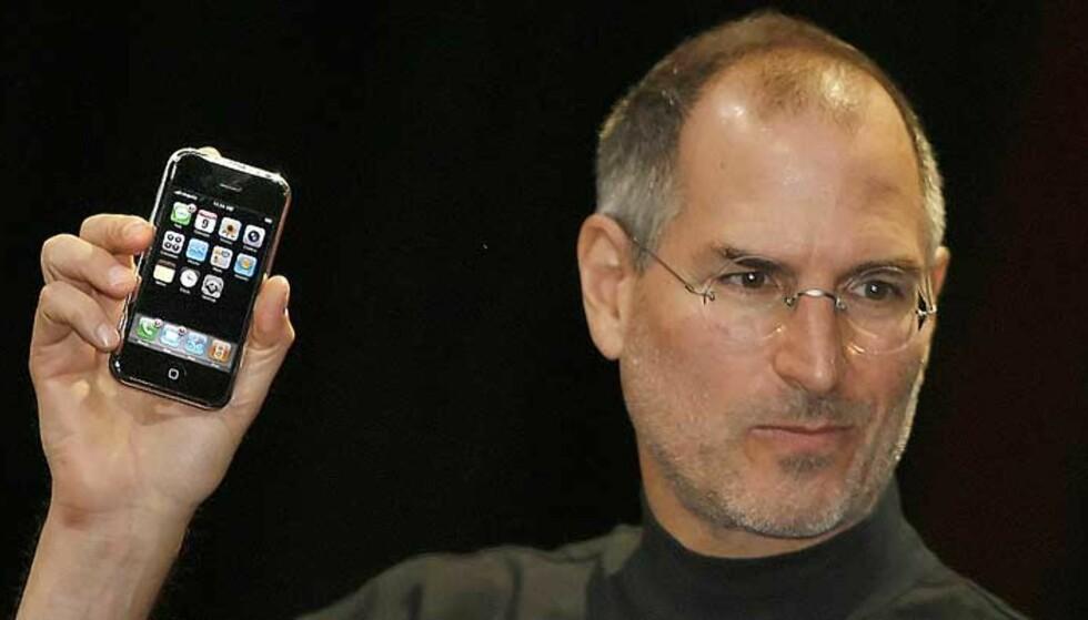 HØYE HÅP: Nå anslås det at det vil bli solgt bortimot 100.000 iPhone-telefoner i timen dagen den legges ut for salg. Det har neppe Apple-sjef Steve Jobs noe mot. Foto: TONY AVELAR / AFP