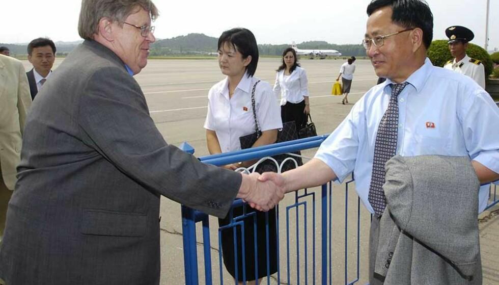 HÅNDHILSTE PÅ FLYPLASSEN: Her møter Olli Heinonen, sjefinspektør i Det internasjonale atomenergibyrået (IAEA), sjefen for Nord-Koreas atomenergidepartement, Ri Je-son. Dette er første gang IAEA-inspektører er i landet på fem år, og den foreløpig siste i rekken av vestlige utsendinger på besøk den siste tida. Foto: Kyodo News/AP/Scanpix