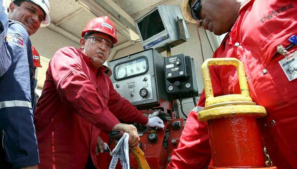 CASH ELLER CRUDE? Statoil gir fra seg en tredjedel av aksjene i Sincor til Chavez-regimet, mot et hemmelig beløp som enten skal betales i kontanter eller oljelaster. Her er Hugo Chavez avbildet på Orinocofeltet i fjor. Foto: SCANPIX