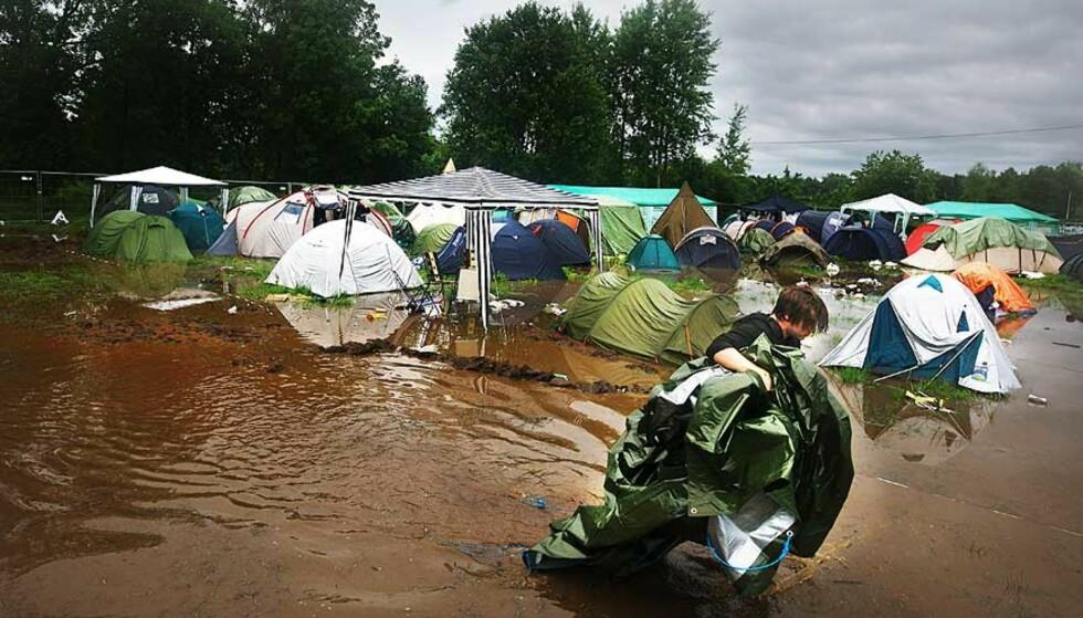 VÅT NATT: Ole Vikenes pakker sakene og finner seg et nytt sted å sove. Foto: EIRIK HELLAND URKE