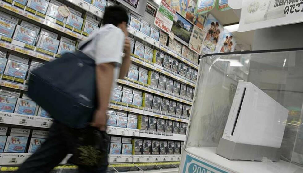 IKKE BARE I BUTIKK: Med den kommende Nintendo-tjenesten WiiWare, kan du nå kjøpe nyutviklede spill direkte via shoppingtjenesten på Wii. Foto: TORU HANAI / REUTERS