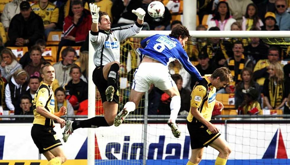 2006: Heinz Müller går i lufta med ett kne hevet i en tett duell under kampen mot Molde på Åråsen. Foto: CORNELIUS POPPE/SCANPIX