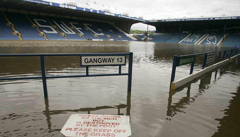 VÅTT: Hillsborough, hjemmebane til Sheffield Wednesday, står under vann etter den siste tidens enorme nedbørsmengder i England. Foto: Dave Thomspon/AP