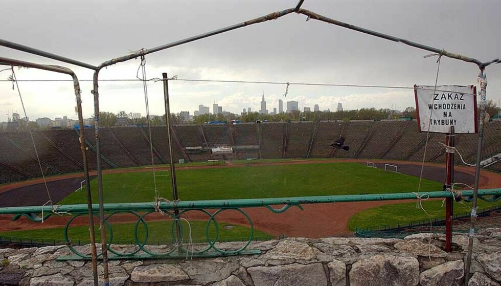 FRA MARKED TIL FOTBALL: Dette er det største fotbalanlegget i Warszawa. I dag er det marked for alt fra sko til CDer og jeans, men i 2009 skal det være plass til 70.000 fotballsupportere her. Foto: AP/SCANPIX