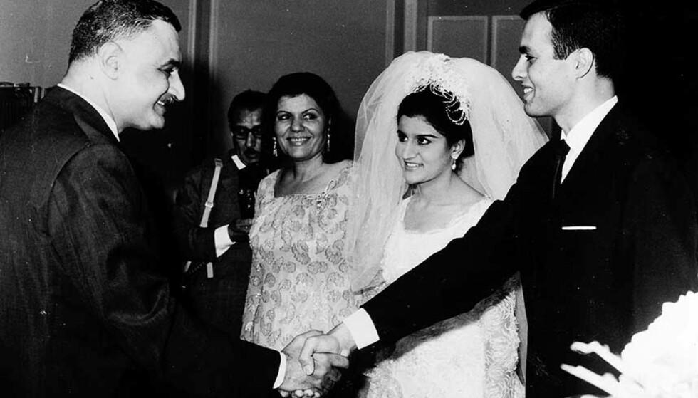 FAMILIELYKKE: President Gamal Abdel Nasser (t.v.) gratulerer sin ferske svigersønn Ashraf Marwan etter giftermålet med datteren Mona 7. juli 1966. Bak Nassers kone Tahia. Foto: AP/SCANPIX