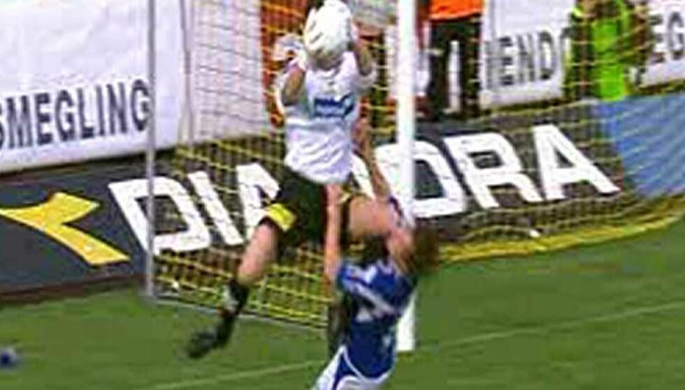 ØYEBLIKKET: Lillestrøm-keeper Heinz Müller treffer Starts Geir Ludvig Fevang i ansiktet med venstre kne. I går ble han ilagt to kampers karantene. Foto: TV 2