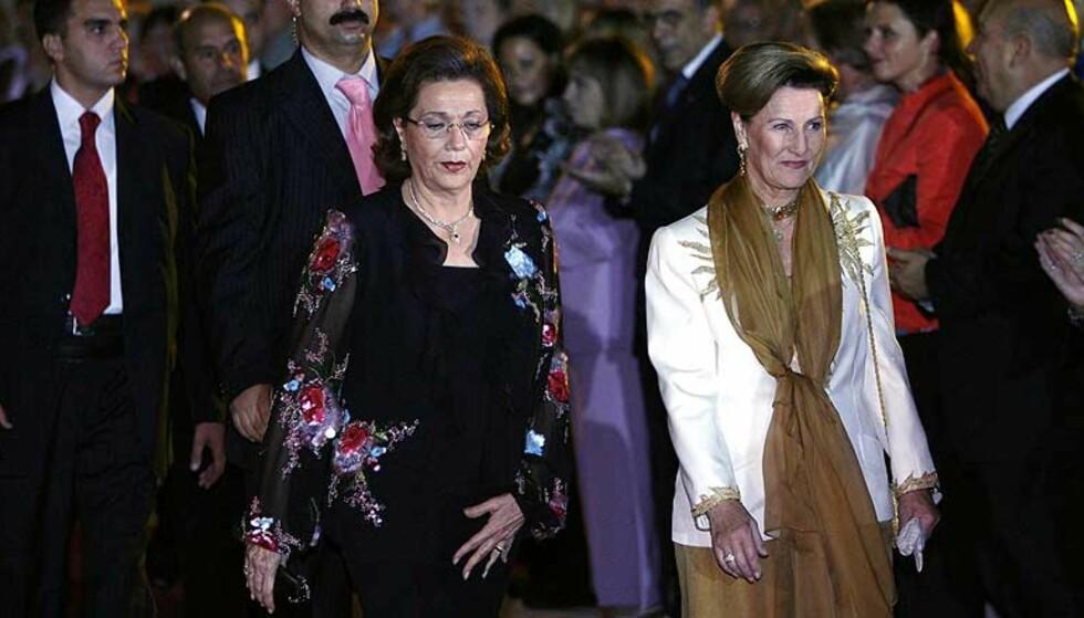 PROTESTERER: Den egyptiske presidentfruen, Suzanne Mubarak har tatt kraftig til orde mot omskjæring av kvinner. Her er hun sammen med Dronning Sonja under oppsetningen av Peer Gynt i Giza i Egypt i fjor. FOTO: HENNING LILLEGÅRD/DAGBLADET