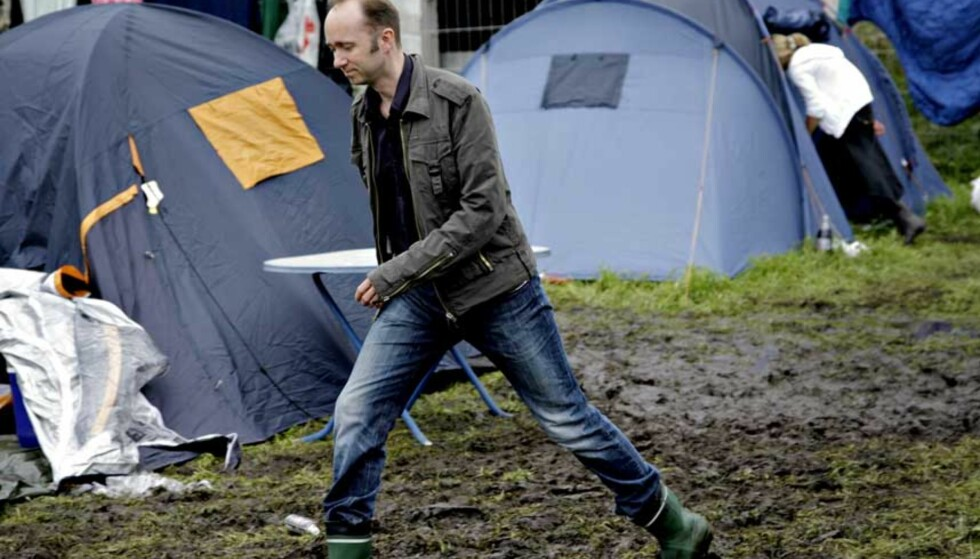 GUMMISTØVLER: Giske hadde nye gummistøvler på beina da han besøkte Hove-festivalen på onsdag. Foto: Lars Eivind Bones