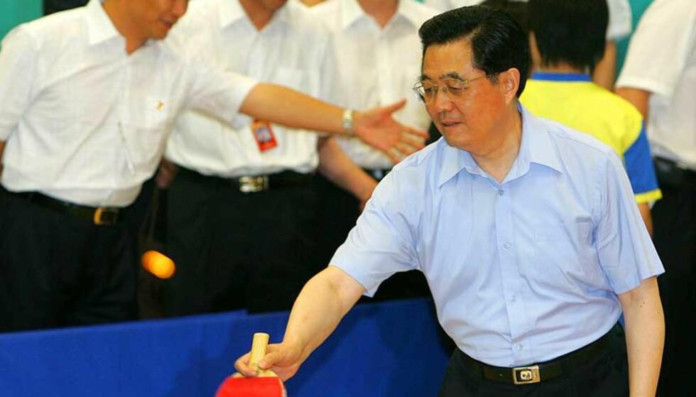 BORDTENNIS OG SANG:  President Hu Jintao innledet sitt tredagers besøk med å spille bordtennis og synge med studenter i Hongkong. Det holder neppe til å dempe misnøyen og stagge kravet om demokrati. Foto: AP Photo