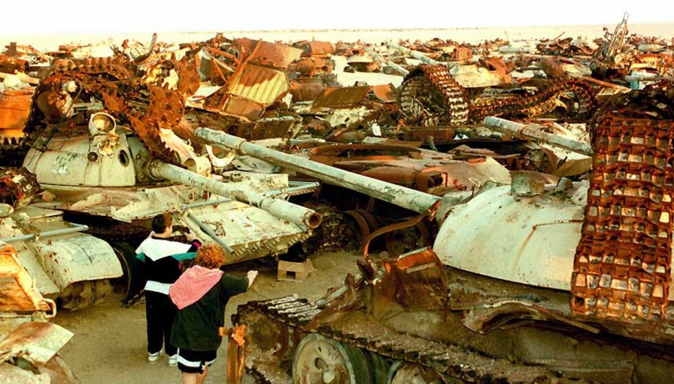 ØNSKER TANKS FRA NATO: Barn leker i en kirkegård for stridsvogner. Irakerne etterlot seg hundrevis av tanks i retretten i Gulf-krigen i 1991. Foto: GUSTAVO FERRARI/AP/SCANPIX.