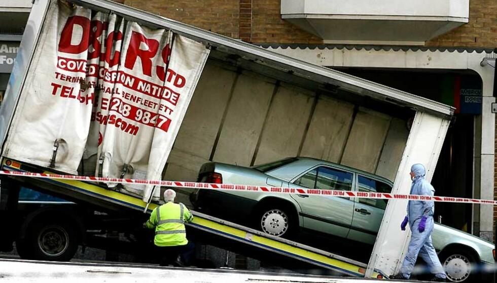 BILBOMBEN: Den lysegrønne Mercedesen med bensinbomben sto parkert utenfor et populært utested på vestkanten av London natt til fredag. Foto: SIMON DAWSON/AP/SCANPIX.