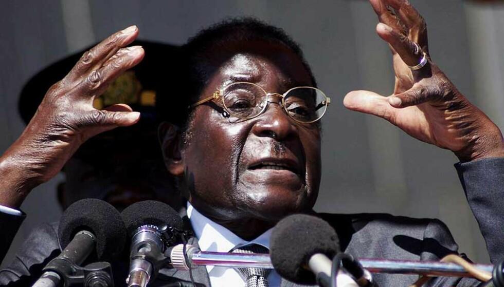 KATASTROFE: Zimbabwes president Robert Mugabe leder et land der millioner av mennesker trues av sult, og inflasjonen alt skal ha passert 15.000 prosent i år. Nå ber landets erkebiskop om at Storbritannia invaderer landet og avsetter presidenten.
