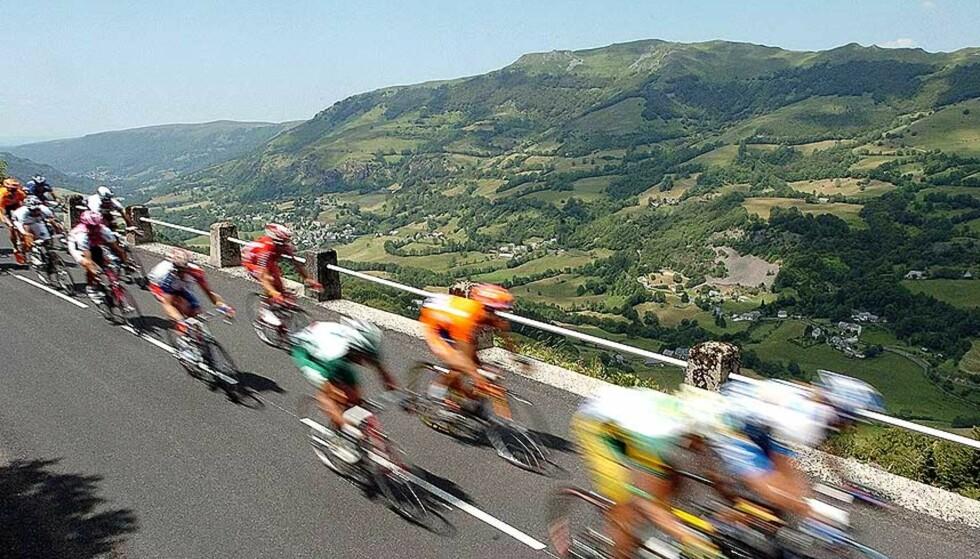 HØYT OG LAVT: Tour de France er kort oppsummert et fargerikt tog av syklister som suser gjennom Frankrike 23 dager til ende. Foto: CHRISTOPHE ENA/AP/SCANPIX