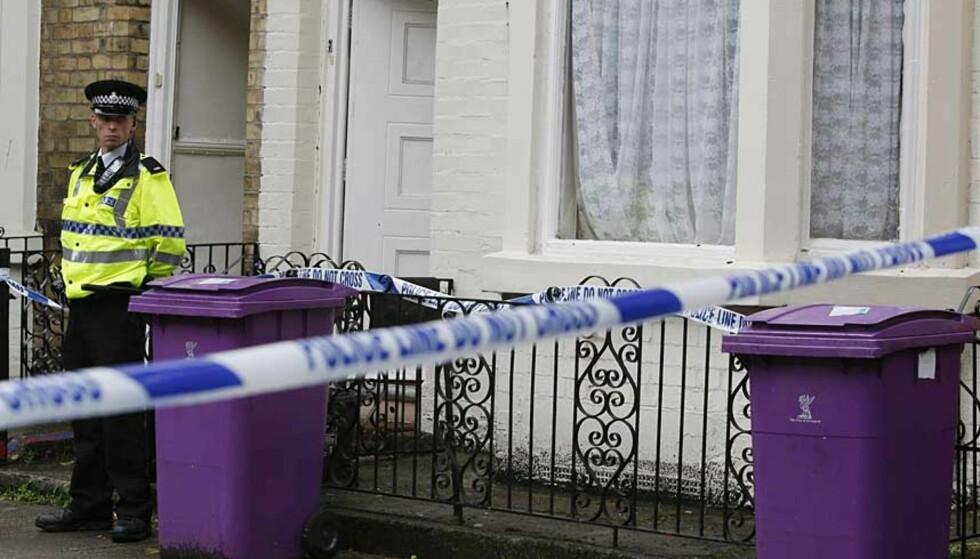 HUSUNDERSØKELSE: Dette huset i Hatherley Street i Liverpool var et av de som ble gjennomsøkt idag. Terrorjakten foregår nå over hele Storbritannia. Foto: Phil Noble/Reuters/Scanpix