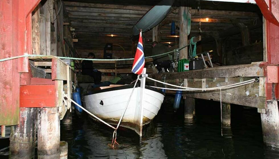 FUNNET: Lørdag for en drøy uke siden ble et kvinnelik funnet under brygga i dette båthuset. Det er trolig den savnede Sissel Gugarden. Foto: Johan Aakre