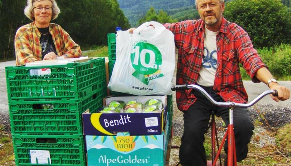 KREATIVE: Erling og Ingrid Juvelid måtte ta jernbaneskinnene i bruk for å få varer til butikken. FOTO: Jorun Traaen/2400