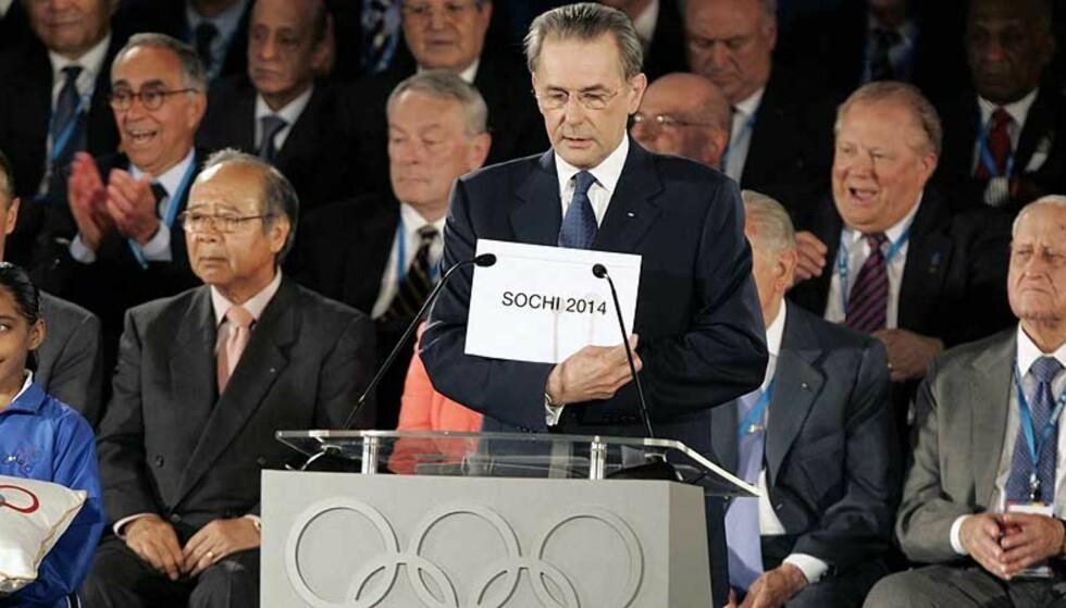 AVGJØRELSEN: IOCs president, belgiske Jacques Rogge, annonserer at Sochi skal arrangere vinterlekene i 2014. Foto: ORLANDO SIERRA/AFP