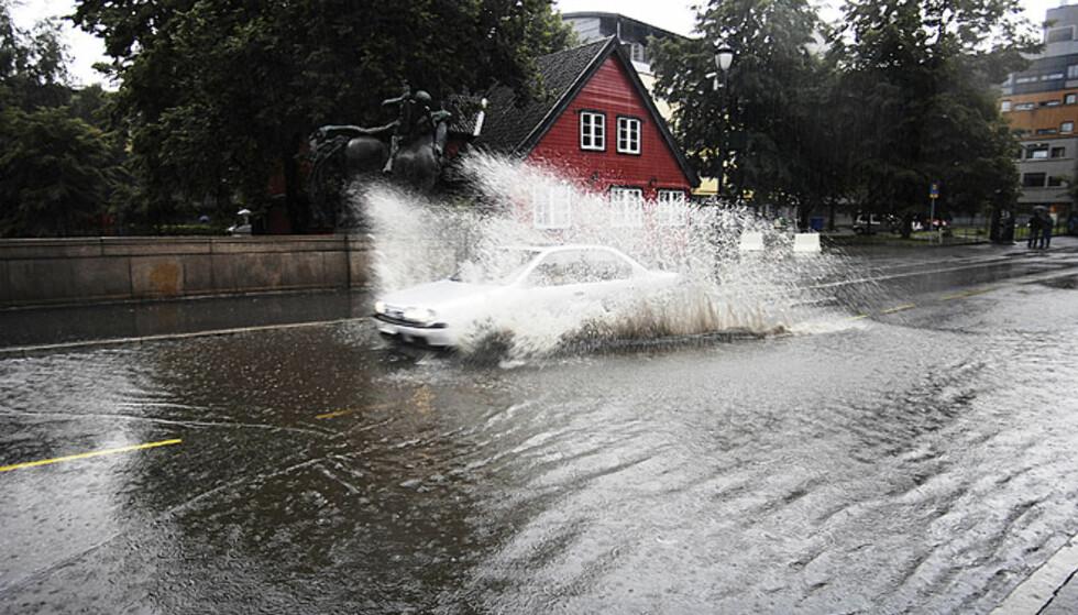 OVER OG UNDER BROA: Det kraftige regnværet førte til en liten oversvømmelse også oppå Eventyrbrua, nederst på Grünerløkka i Oslo. FOTO: Thomas Rasmus Skaug/Dagbladet