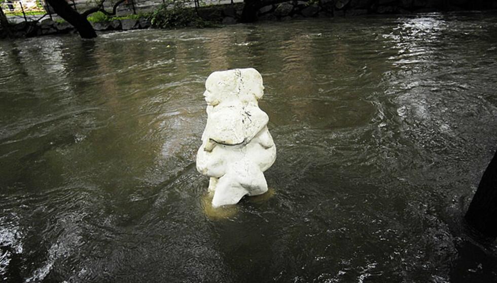 HØYT VANN: Denne statuen ved utestedet Blå fikk vann nesten opp til livet under flommen. Her har vannet sunket noe igjen. FOTO: Thomas Rasmus Skaug/Dagbladet