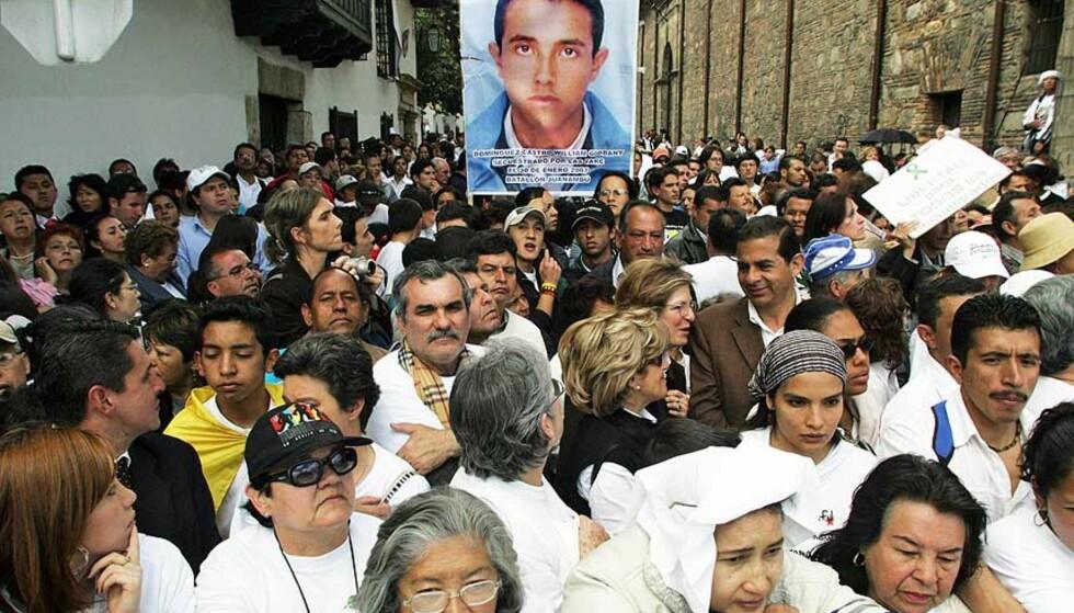 KREVER SLUTT PÅ KIDNAPPINGER: Demonstranter holder opp en plakat av en bortført soldat under en av gårsdagens demonstrasjoner. Foto: MAURICIO DUEÑAS/AFP/SCANPIX