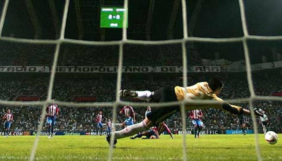 DER SATT\'N: Innbytter Mascherano får hull på byllen i natt. Foto: Scanpix/Afp