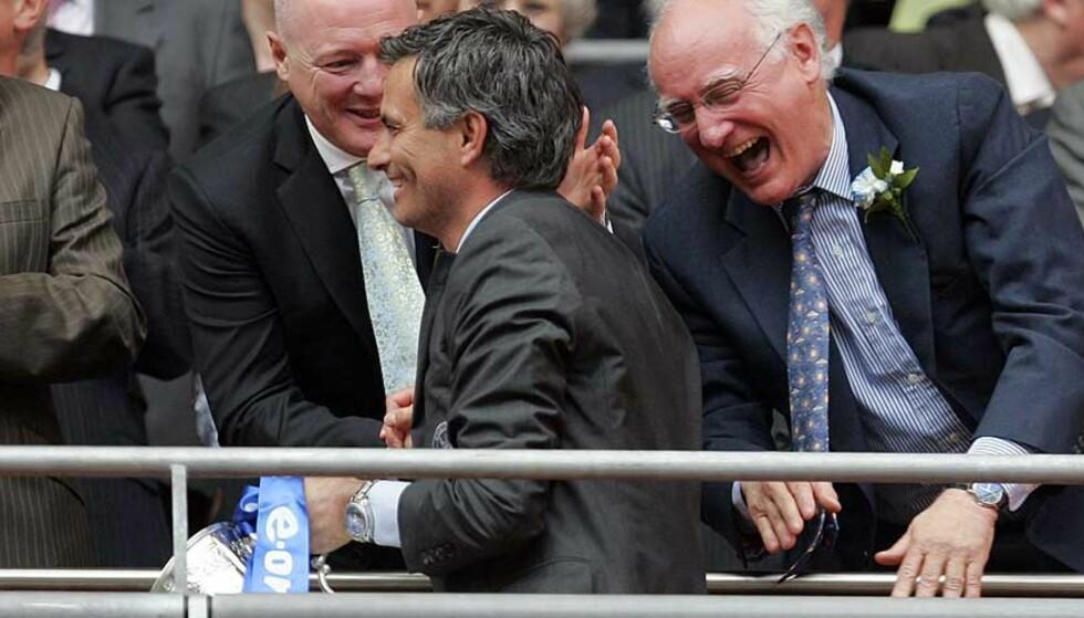 FEIL CUP, MOURINHO: Her jubler Jose Mourinho og Peter Kenyon for seieren i FA-cupfinalen mot Manchester U. Foto: Scanpix/Ap