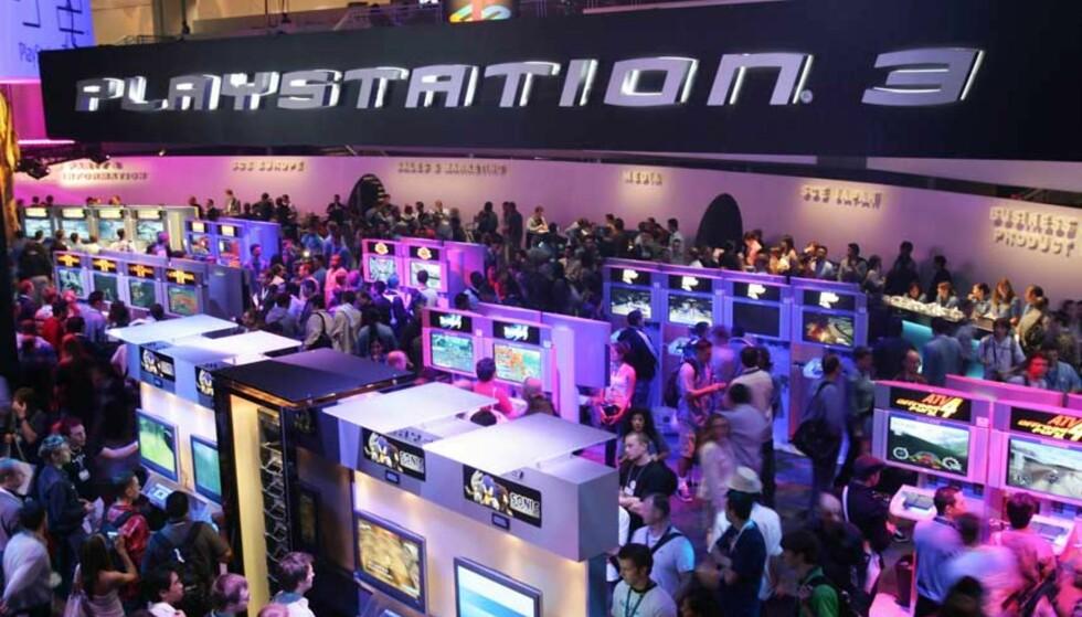 FORDUMS TIDER: Mye tyder på at prisen på PlayStation 3 blir satt ned neste uke. Her et bilde fra fjorårets E3-messe, der PlayStation 3 hadde et stort område på messegulvet. På årets messe neste uke er sirkuset tonet kraftig ned. Foto: ROBYN BECK / AP