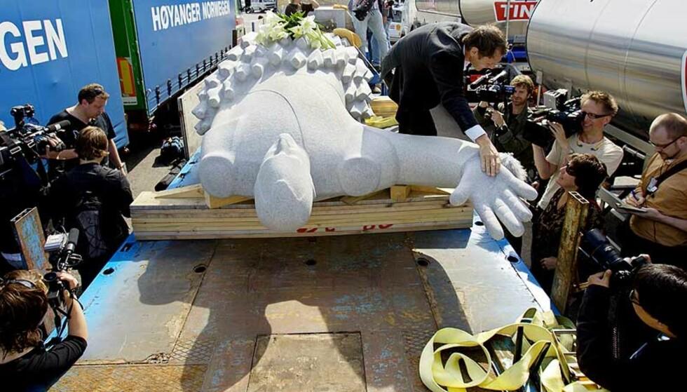 REISTE MED FERGEN: Den omstridte statuen av kong Olav kom til Norge i dag. Foto: Scanpix