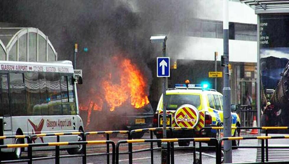 MISLYKKET ANGREP: Poiltiet mener den siktede legen var passasjer i bilen som kjørte inn i en terminalbygning på flyplassen i Glasgow for ei knapp uke siden. Foto: STR/EPA/SCANPIX