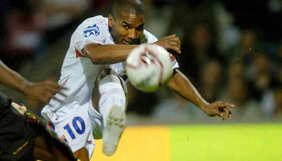 VIL SELV TIL CHELSEA: Florent Malouda blir gjenforent med Didier Drogba, en tidligere lagkamerat i Guingamp når han ankommer Stamford Bridge. Foto: Scanpix/Afp