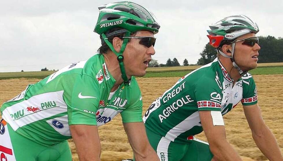 AVVISER KOMPISKJØRING: Thor Hushovd tør ikke ha som taktikk å legge seg på Robbie McEwens hjul. Da stoler han eller på sine egne opptrekkere. Her er McEwen (t.v.) og Hushovd sammen under fjorårets Tour de France. Foto: OLIVER WEIKEN/EPA/SCANPIX