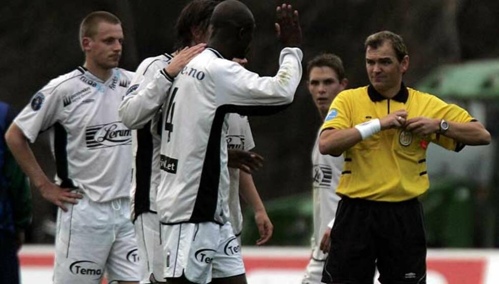 TILBAKE: Raoul Kouakou har signert for tre år med Sandefjord. Her protesterer han høylytt mot dommer Stig Rune Krokdal etter å ha blitt utvist mot Stabæk i 2004. Foto: Erik Johansen, Scanpix