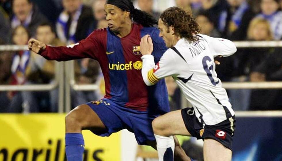 KOMPISER: Neste sesong skal Gabril Milito hjelpe Ronaldinho, ikke stoppe Barca-angriperen. Foto: Scanpix/Reuters