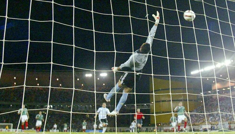 SJANSELØS: Mexicos målvakt Oswaldo Sanchez må se Messis lobb dale inn i nettmaskene, og det er klart for drømmefinalen i årets Copa America. Foto: IVAN ALVARADO/REUTERS/SCANPIX